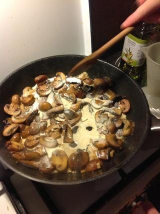 Añadir la crema después de que el vino se haya evaporado. Ponga el fuego bajo