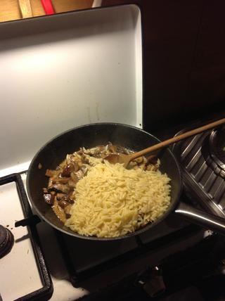 Añadir la pasta y revuelva para arriba. Añadir sal y pimienta.