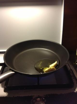 Caliente la mantequilla y el aceite de oliva