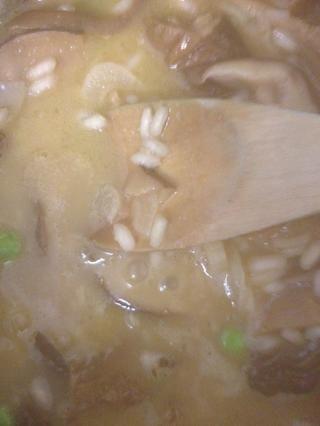 Después de 20 minutos, el tiro en los guisantes. Compruebe el arroz esté cocido. Si es así, reduzca el fuego a v.low, añadir su queso y revuelva.