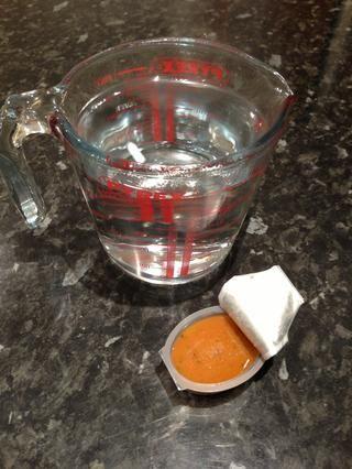 Mida 1 litro de agua hirviendo y eligió una pastilla de caldo o jalea