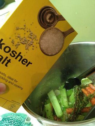 El tiro en un poco de sal kosher ... sal marina o sal yodada es muy bien también.