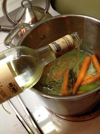 Añadir toda la botella de vino blanco para su olla ....
