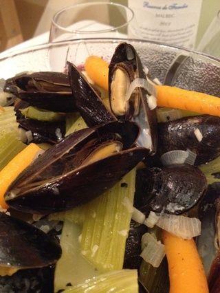 Volcar toda la mejillones, verduras y caldo en un recipiente hondo.