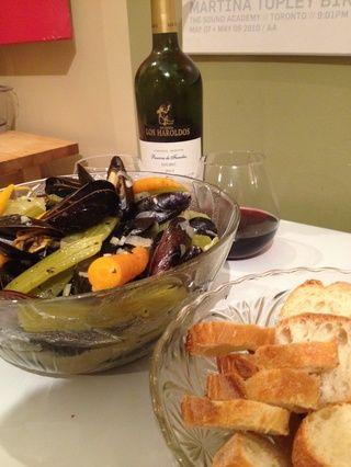 Servir con pan, mantequilla y su vino favorito.