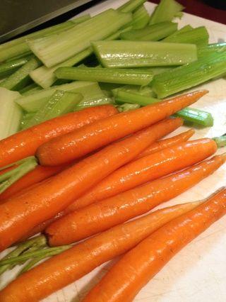 Picar el apio y las zanahorias. Elegí mantener mis zanahorias todo para un aspecto más rústico.