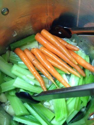 Añadir las zanahorias y el apio ...