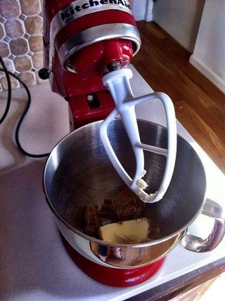 Tire el azúcar moreno y la mantequilla en su mezclador, y dejar que ellos obtienen todo acogedor y agradable hasta que estén suaves.