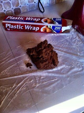 Coloque toda la masa de galletas en una superficie enharinada envoltura de plástico.