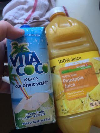 Una taza de agua de coco y una taza de jugo de piña