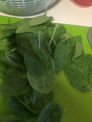 Enjuague aproximadamente 1/2 taza de espinaca y picarla