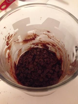 Espolvorear con las chispas de chocolate y microondas durante 60-90 segundos o hasta que's no longer liquid. (I did mine at 60% power because I like mine a little doughy) :)