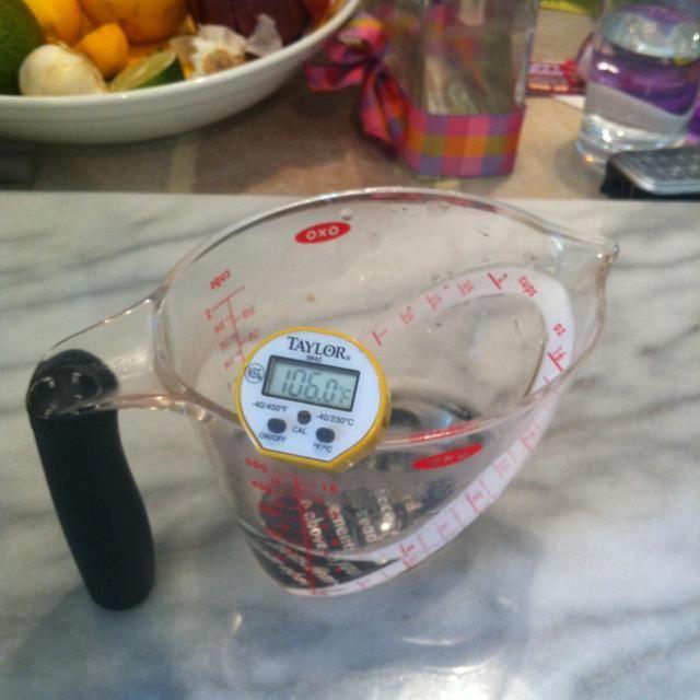 Para obtener la levadura comenzó, mida 4 oz de agua entre 100 y 110 grados Fahrenheit (37,7 Celsius).