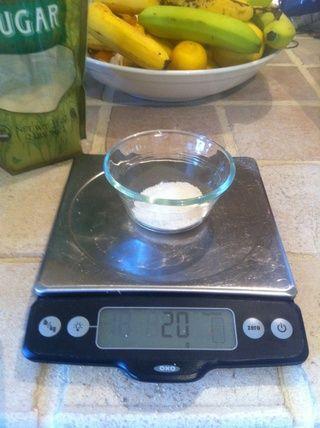20 gramos de azúcar. Añadir a la taza.