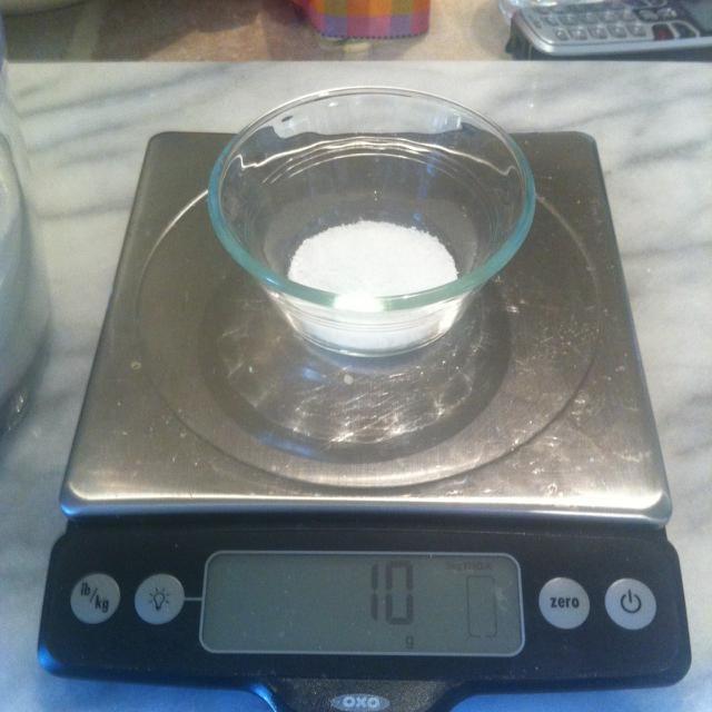 10 gramos de sal. Añadir a la taza.