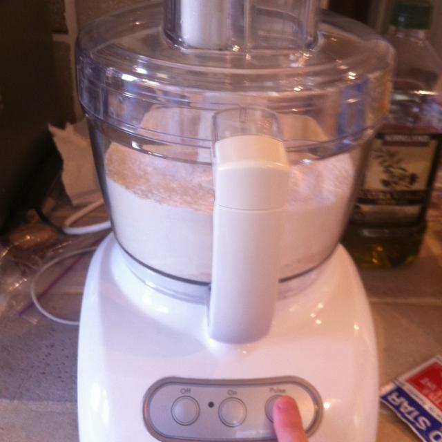 Ponga el recipiente en el procesador y el pulso varias veces para combinar los ingredientes secos.