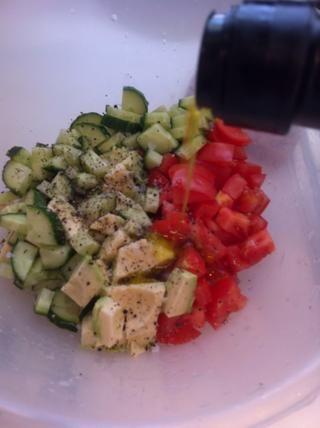 Añadir un buen chorrito de aceite de oliva, sal y pimienta
