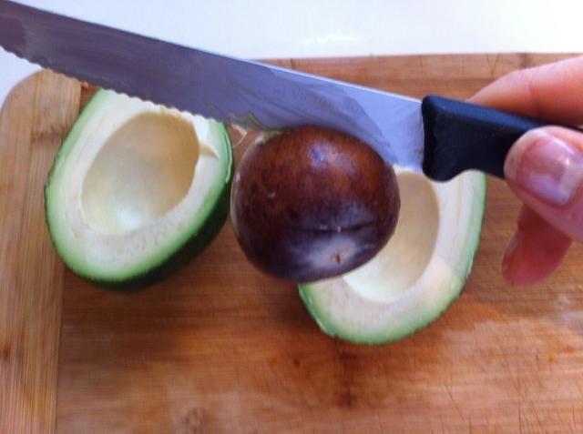 Gire el cuchillo, que desalojar la piedra. Eliminar