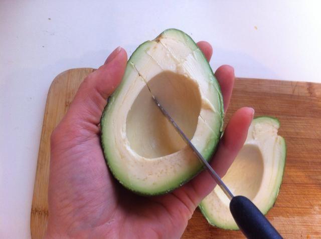 Cortar la carne de vuestro aguacate en líneas diagonales! Cuidado con la mano! Don't cut through the skin of the avocado!