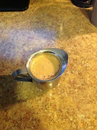 Transferir el resto del café espresso elaborada a partir de la olla en la taza con la mezcla de azúcar y mezclar hasta que tenga espresso espumosa (espumita)