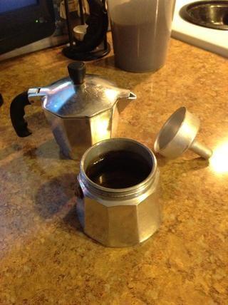 Añadir agua a la parte inferior de la cafetera