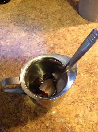 El truco para hacer la espuma espumosa para su espresso es agregar el primer bit de café que elabora en el bote (sobre una cantidad de cucharadita) en la taza de azúcar