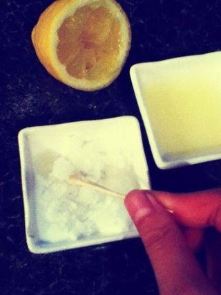 Sigue añadiendo el zumo de limón poco a poco! El jugo de limón actúa como un labio cleanser- el ácido del limón mata a las bacterias en los labios. También sabe muy bien también!