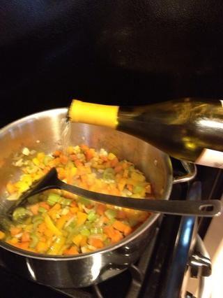 Añadir el vino blanco seco