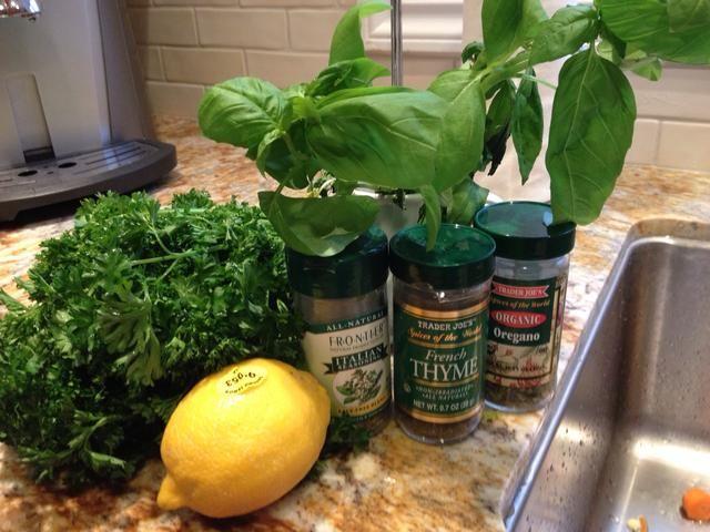 Sazone con tomillo, orégano, albahaca fresca, perejil fresco y limón fresco. También puede agregar pimienta recién molida y sal marina.