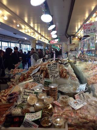 Pasee por el mercado hasta que encuentre (o huele) los productos del mar.