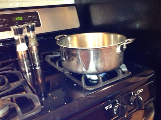 Siempre calentar la olla de acero antes de añadir el aceite de oliva y la cebolla. Cocine hasta que esté transparente.