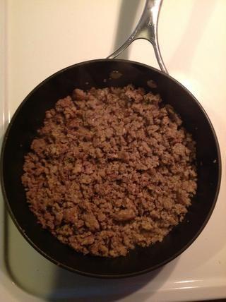 Calentar la sartén a fuego medio y romper la salchicha, el desmoronamiento y dorar hasta que esté bien cocido.