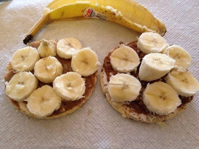 Luego cortar y colocar rodajas de plátano en las tortas.
