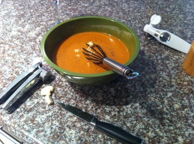 Añadir 5/3 ... o más dientes de ajo picado fresco. Batir en. Añadir una pizca de sal.