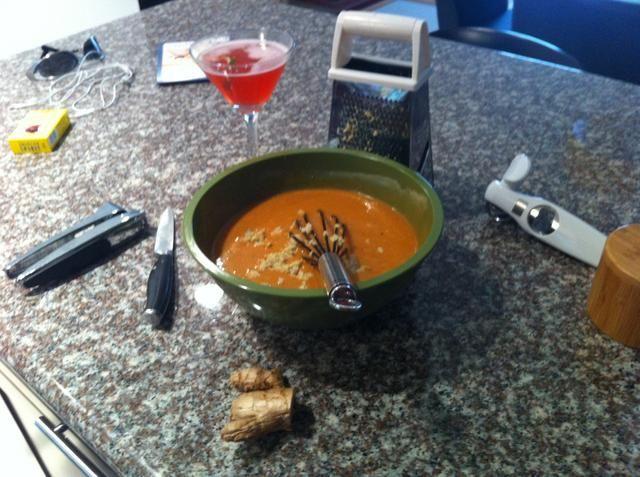 Pelar y rallar unos 3-4 cucharadas de jengibre fresco ... Toma un sorbo de vino o un buen martini y batir en.