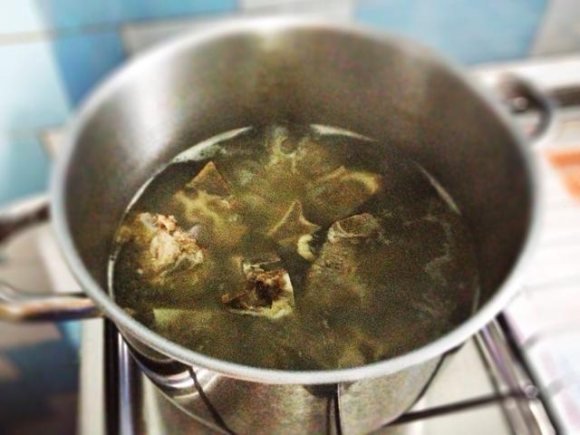 Cuando el caldo de huesos de las costillas está listo, añadir poco a poco en ur ingredientes a la olla