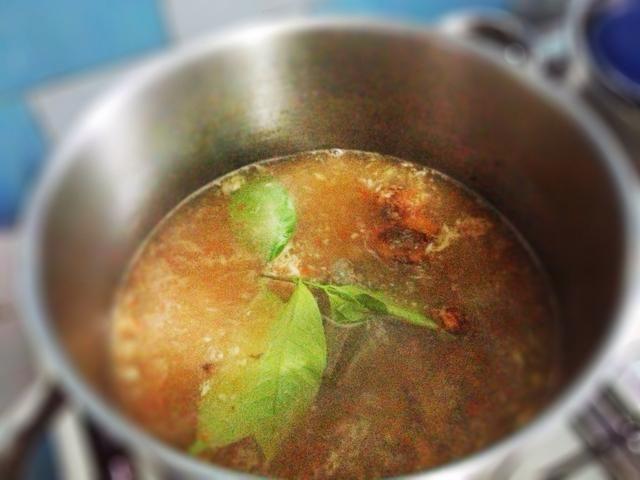 Ronda 1: agregar las especias rutina, galanga aplastado y las hojas de laurel. Siguiente 1 mnt, agregar en el gnetum gnemon, los cacahuetes que se han empapado en agua con sal y el maíz. Fuego medio. Cocine por unos 5-7 mins