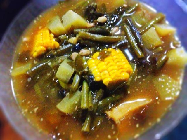 Sirva esta sopa de tamarindo abundante caliente. Tradicionalmente se sirve con / arroz rojo blanco cálido, sambal, y frito pescado salado .. :) Espero que os guste tanto como lo hacemos :) disfrutar