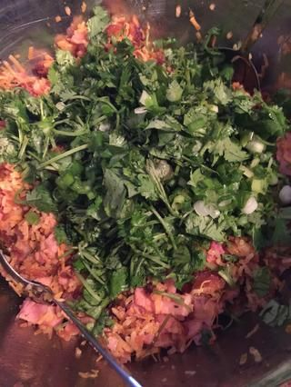 Una vez que tú're satisfied with the taste, add in the herbs. I used cilantro and green onions. Mix.