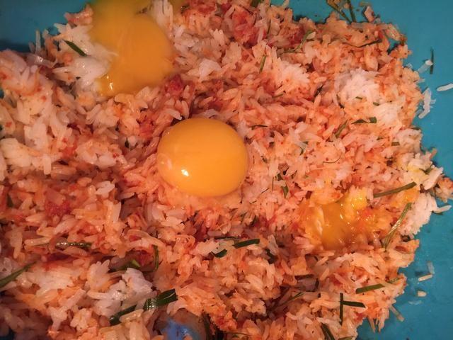 Mezclar las yemas en la mezcla de arroz. La mejor manera es a mano. Y recomiendo el uso de guantes.