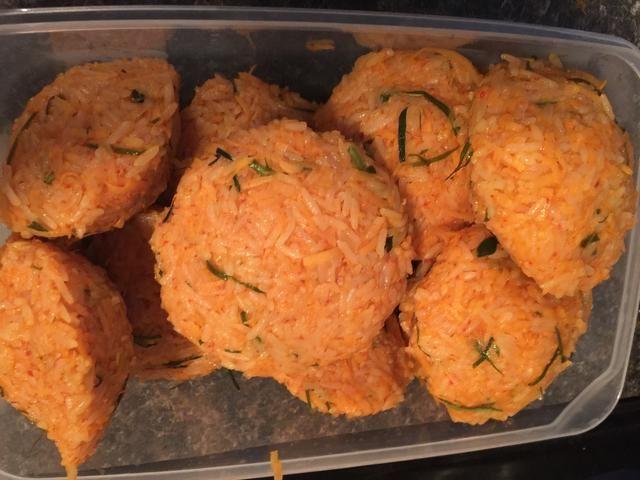 Después de todo está mezclado, hacer bolas de arroz con la mano. Haz que sean lo más ajustado posible para que don't fall apart while frying.