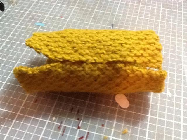 Dicho de otra línea de pegamento donde el tejido se reúne y pulse el pegamento en la tela de manera que cada extremos del tacto de la tela.