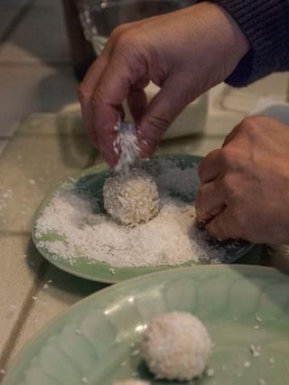 Selle las bolas y rodar en una bandeja de coco rallado sin azúcar más seca ...