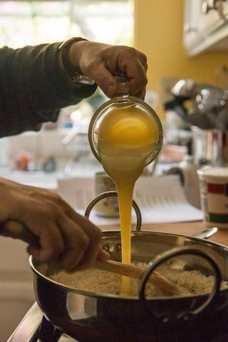 Cuando el coco es ligeramente doradas, añadir en la taza de leche condensada azucarada.
