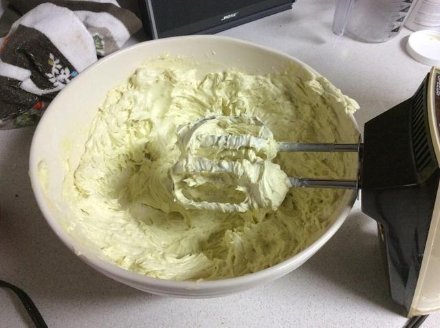 Mantequilla batida Terminado. Saque toda la mantequilla en sus contenedores. Mantener fuera los que'll be using now, and store extras in the fridge. With no preservatives, it can eventually start to go bad.