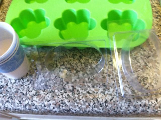 Mientras que es el microondas o la fusión en la parrilla doble, elegir los moldes. Compré clamshells (vierta en el molde, encajan a presión en la parte posterior, y que pueden venderlos), moldes de silicona de flores, y más tazas de Dixie.