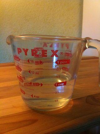 Agregue el agua lentamente, mezclando hasta obtener la consistencia de una crema espesa.