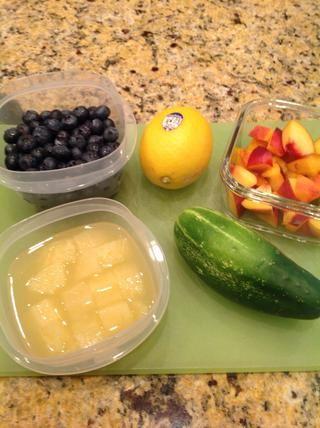 Hay un montón de frutas naturales y verduras que usted puede elegir para dar sabor a agua corriente. Mis favoritos son los arándanos, limones, pepinos, duraznos y piña. Ellos're full of healthful nutrients.
