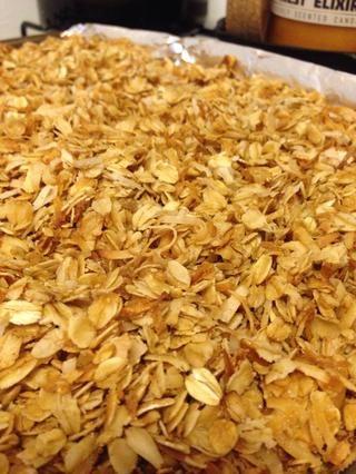 Revuelva cada 10 minutos, y retirar del horno cuando el coco y la avena se doren. Granola será suave, pero se endurece y se convierten en más crujiente medida que se enfría. Deje que se enfríe por completo!