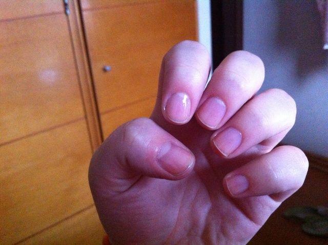 Aplique una capa de base para proteger las uñas.